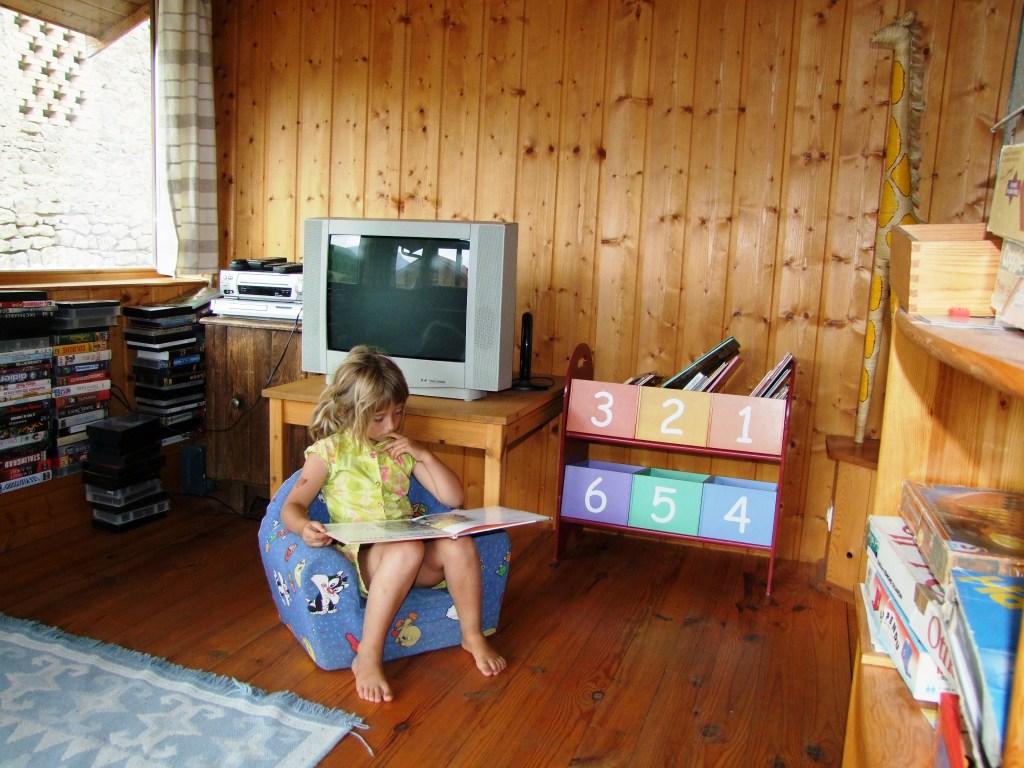 Un espace salon pour enfants : un gîte rural de 9 places en location toute l'année au dessus de Gap,
