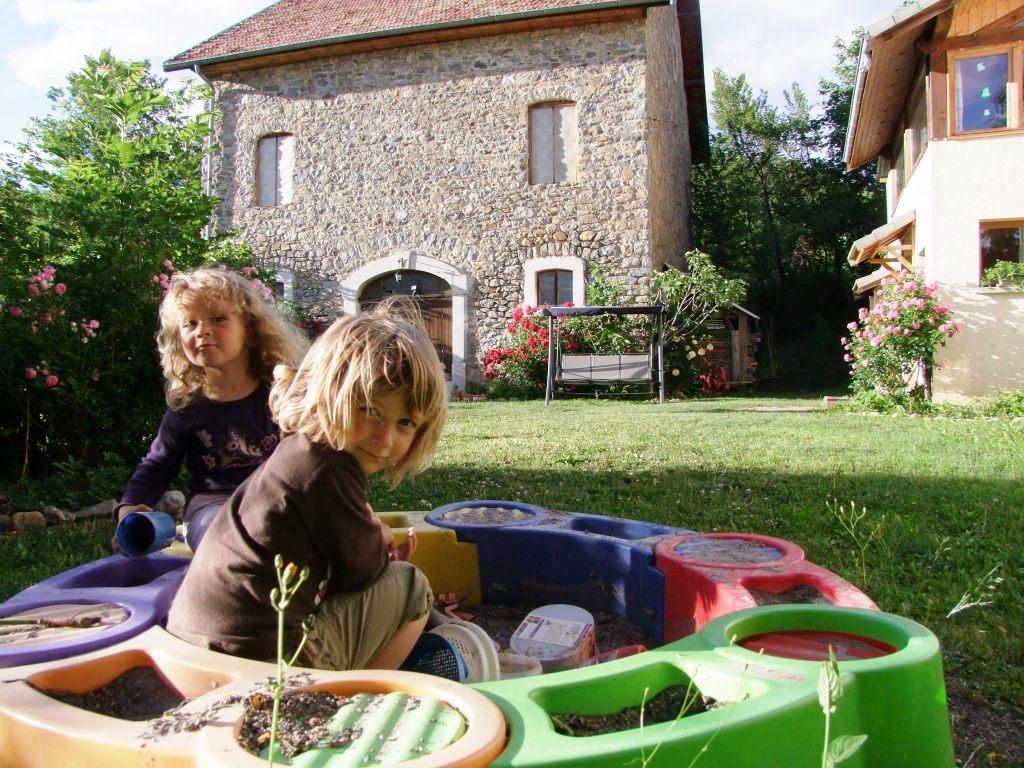 Des espaces pour les enfants (carré de sable, balançoire, espace jeu intérieur...) : un gîte rural d