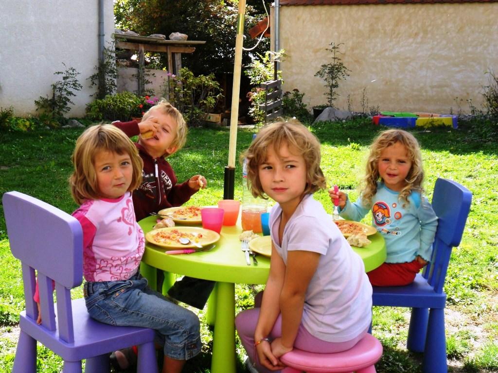 Des espaces pour les enfants : un gîte rural de 9-12 places en location toute l'année au dessus de G