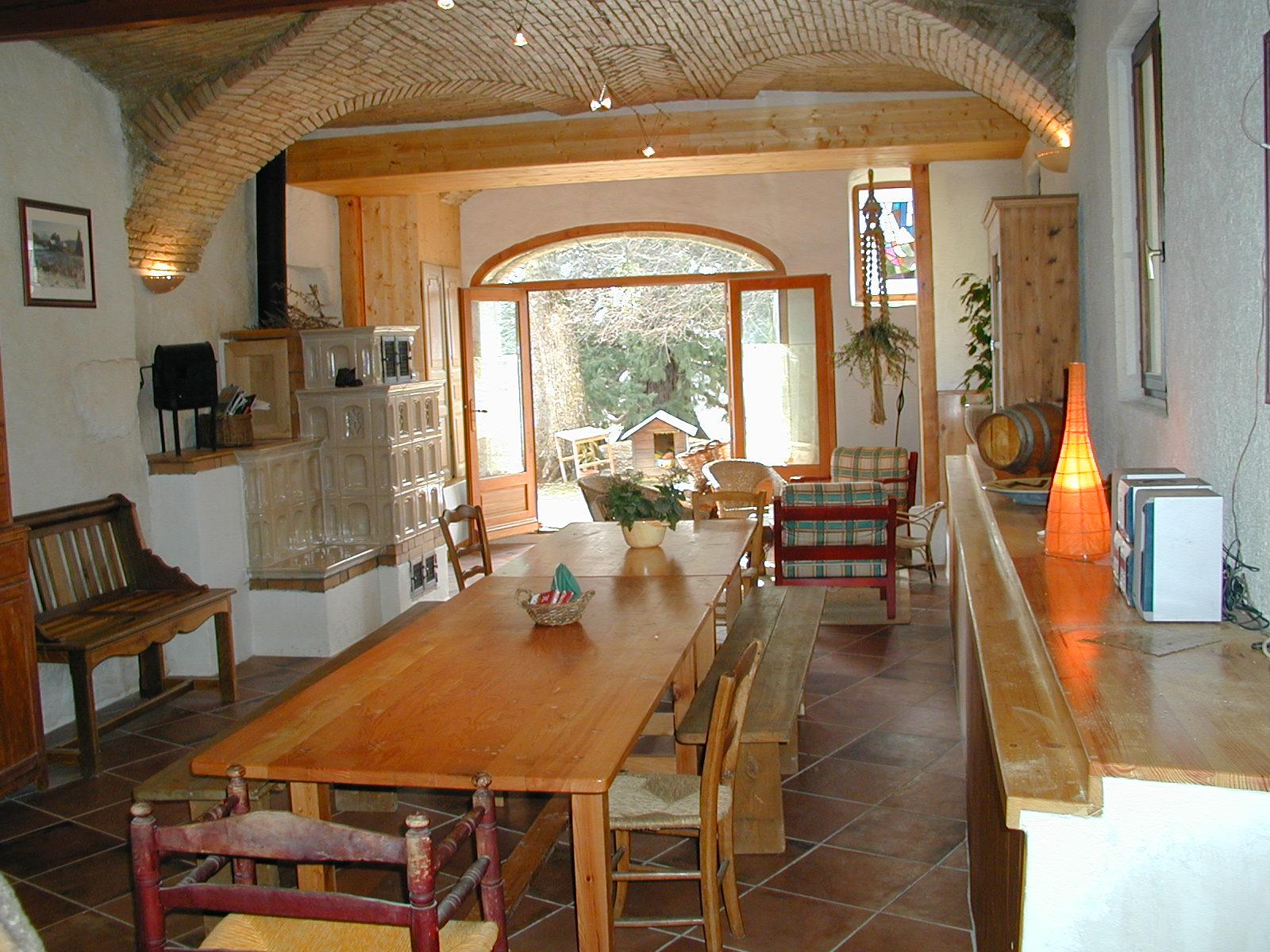 Une grande salle de 60 m2 ancien four à tuiles, unique : un gîte rural de 9 places en location toute
